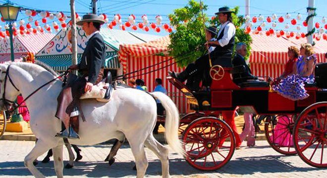 caballos y carruajes con flamencas en la feria de abril