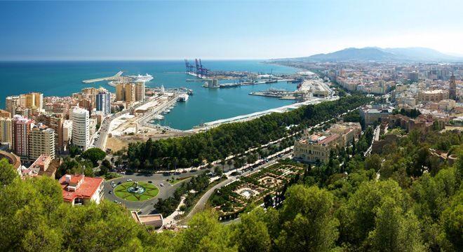 vista aérea del puerto y costa de málaga