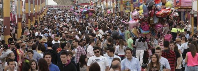 calle principal llena de gente en la feria de san lucas, fiestas de jaen