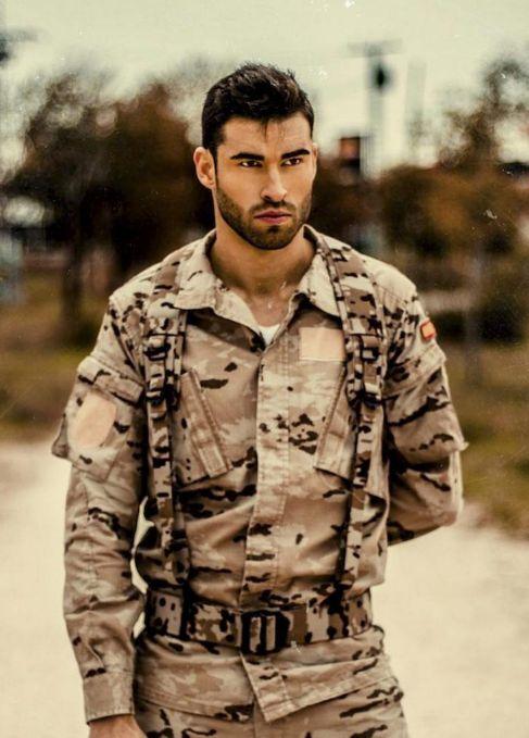 lópez desfilando como militar