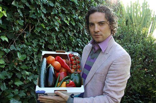 David Bisbal cantante de almería sujeta unas verduras de andalucía