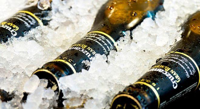 cerveza cruzcampo sobre el hielo