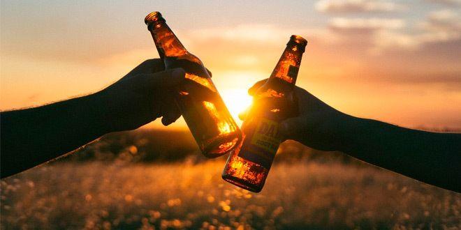 brindis con dos botellines de cerveza