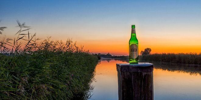 cerveza tipo pilsen sobre paisaje