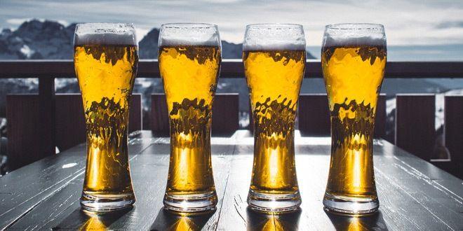 vasos iguales llenos de cerveza