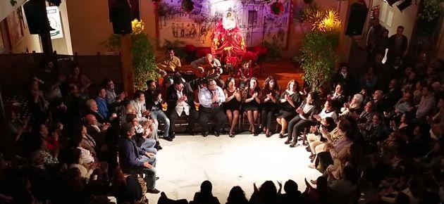 peña flamenca reunida cantando y bailando para zambombá jerezana