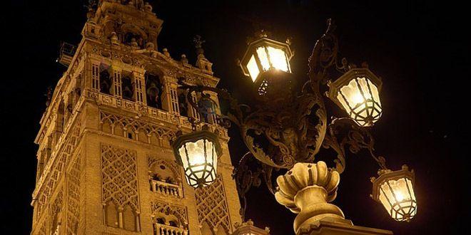 la giralda de sevilla de noche