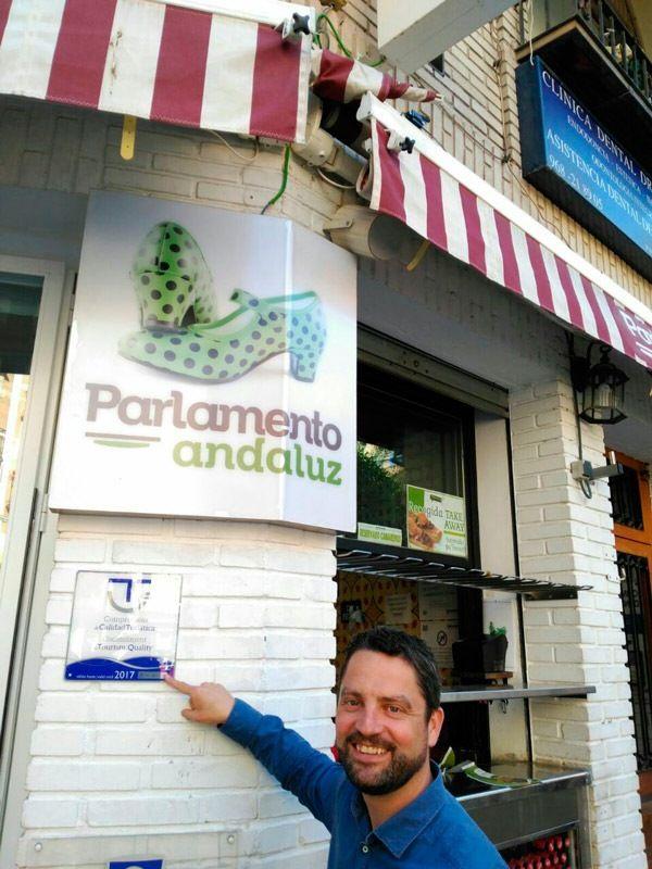 parlamento andaluz con placa de la Q de calidad turistica