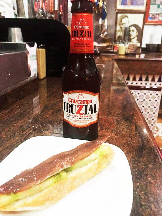 cerveza cruzcampo cruzial nueva en el parlamento bar de murcia frente a tapa con anchoa y tomate