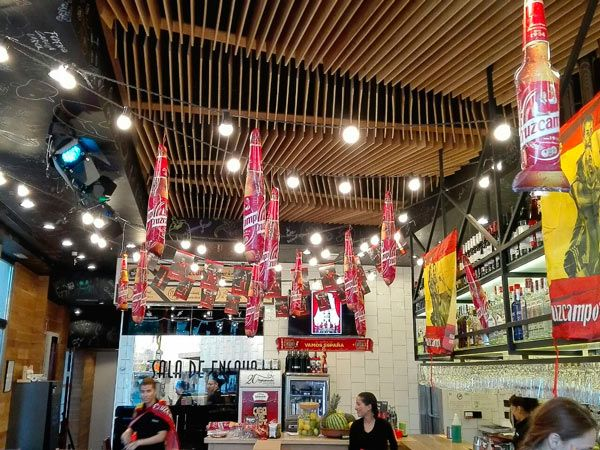 local decorado de cruzcampo cruzial para la eurocopa