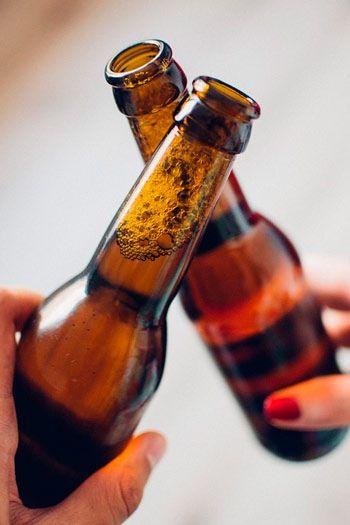 botellines de cerveza brindando