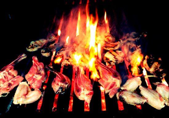 cocinando carne en las brasas