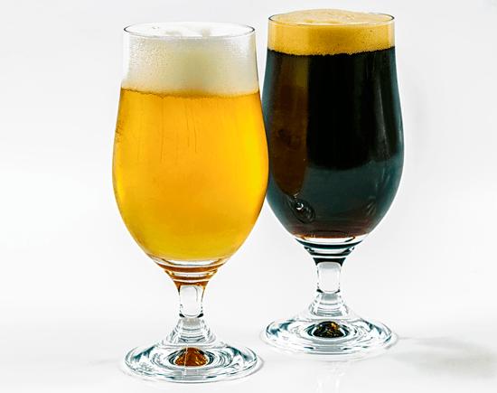 dos copas con diferentes tipos de cerveza