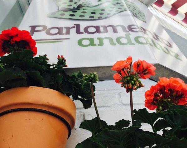 geranios en la fachada del Parlamento Andaluz